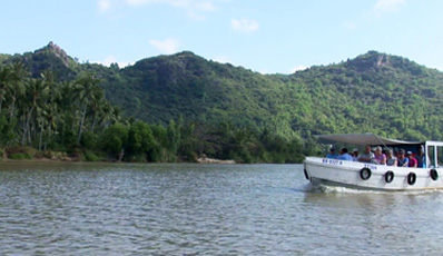 Cai River boat trip, countryside experience